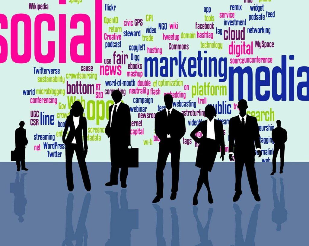 pessoas de negócios em frente a um painel com palavras relacionadas a marketing