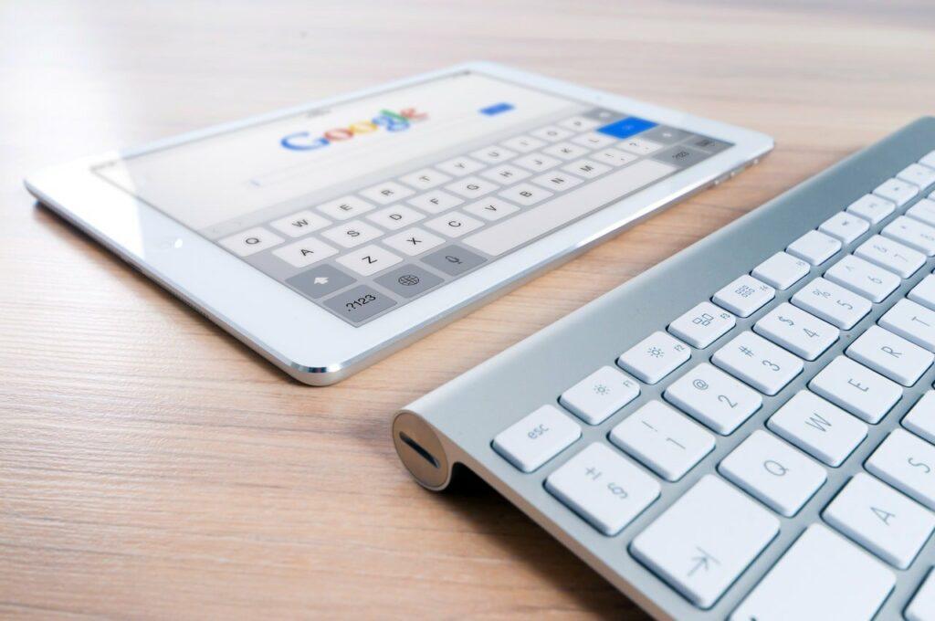 tablet pesquisando resultados em google